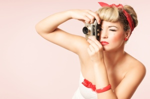 Pin-up Girl mit Kamera